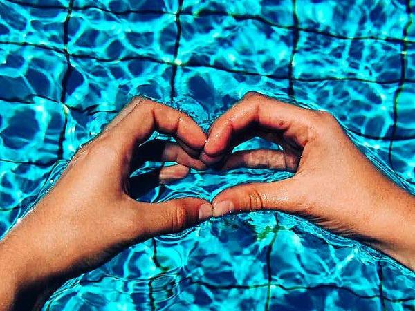 Regina Goetz: Die Aufnahme hat meine 12-jährige Tochter gemacht. Das schöne daran ist, dass die eine Hand ihr gehört und die andere ihrer besten Freundin. Zusammen bilden sie dieses Herz mit blauem Wasser-Hintergrund.