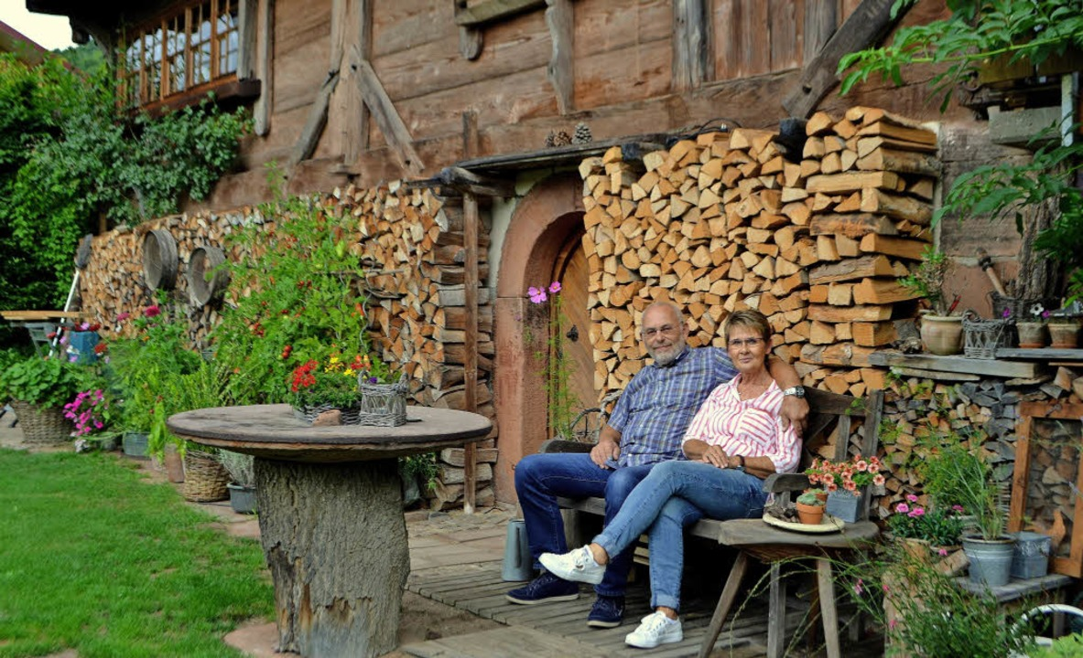 Karin und Udo Bucherer vor dem schmucken Hofhaus im Omersbach   | Foto: Beate Zehnle-Lehmann