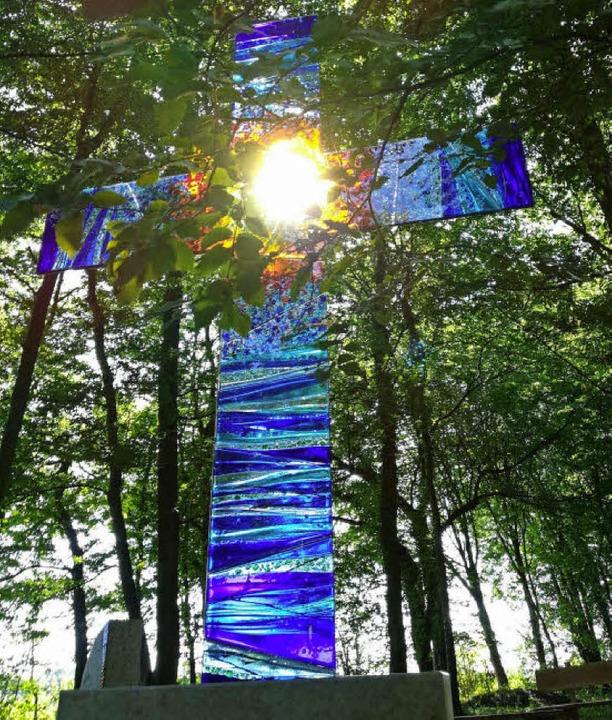 Durch die Mitte des Glaskreuzes  am Andachtsplatz fällt Sonnenlicht.  | Foto: Ulrike Derndinger