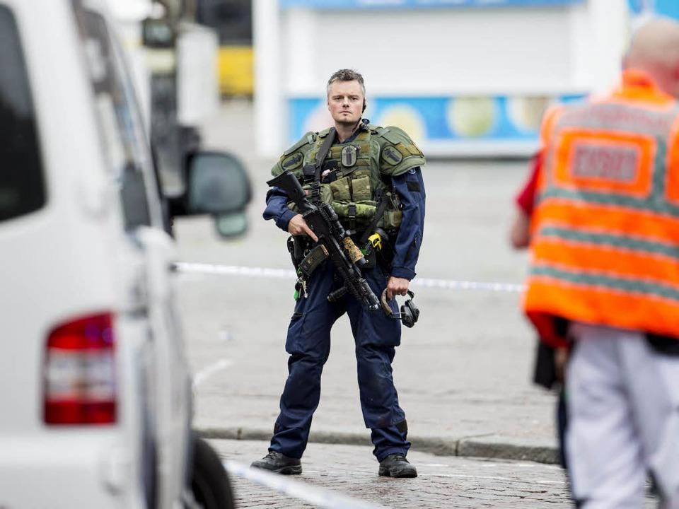 Einsatzkräfte sichern den Tatort in Turku.  | Foto: AFP