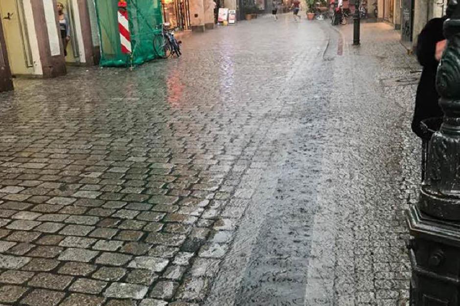 Auch die Bächle laufen über, hier in der Grünwälderstraße (Foto: Max Mollenshot)