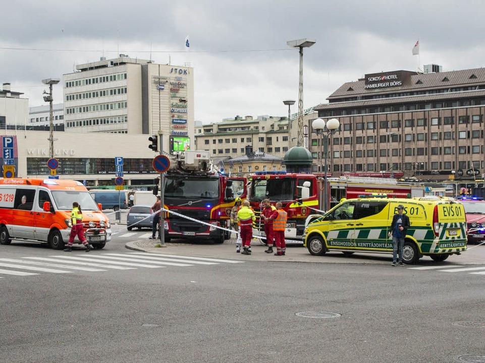 Einsatzkräfte sichern den Tatort in Turku.  | Foto: dpa