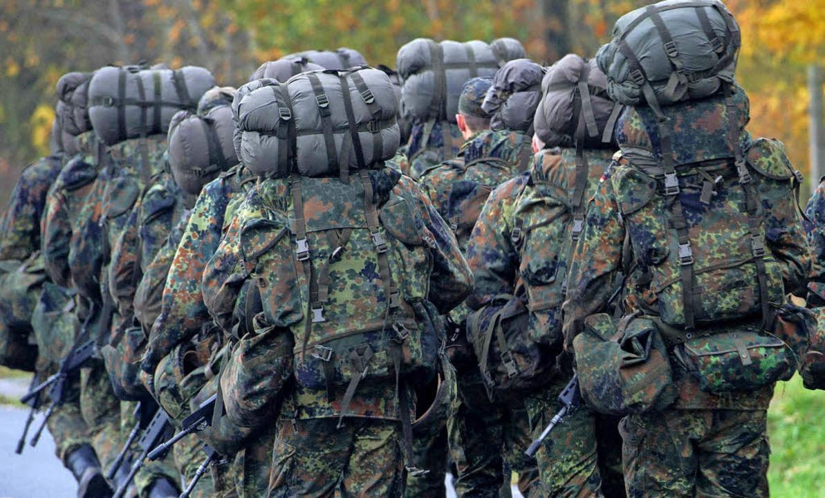 Soldaten in der Grundausbildung beim Geländemarsch   | Foto: dpa