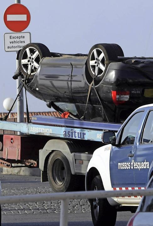 Der Wagen, in dem fünf Terroristen vor...nd der Verfolgungsfahrt überschlagen.   | Foto: AFP
