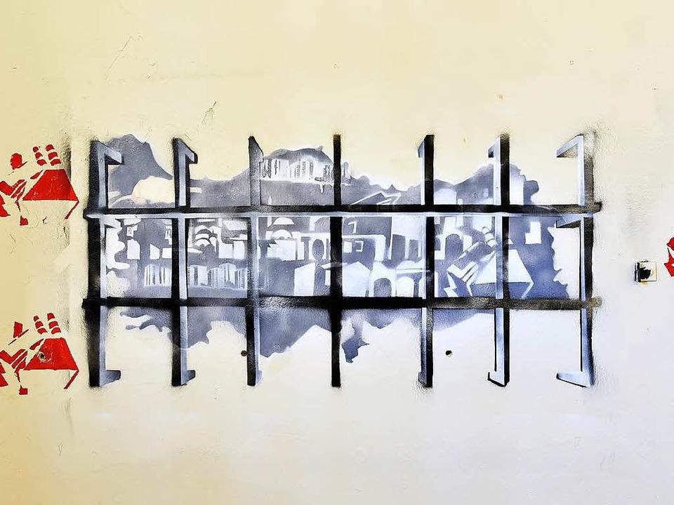 Gitterstäbe an der Zellenwand zeigen die Ausweglosigkeit.  | Foto: Thomas Kunz