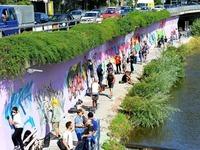 Graffiti-Künstler besprühen 100 Quadratmeter Dreisam-Mauer