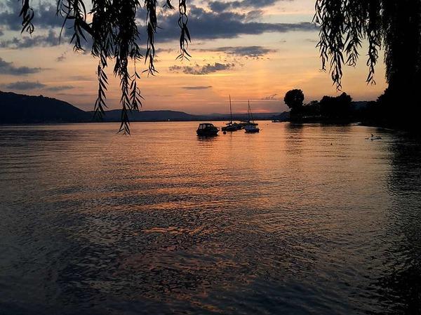 """Nacht: """"Die blaue Stunde"""" in Sipplingen am Bodensee mit Blick auf Bodmann-Ludwigshafen.Aufgenommen von Angela Merz aus Rheinfelden"""