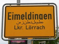 Was bedeute die arabische Schrift auf dem Ortsschild?
