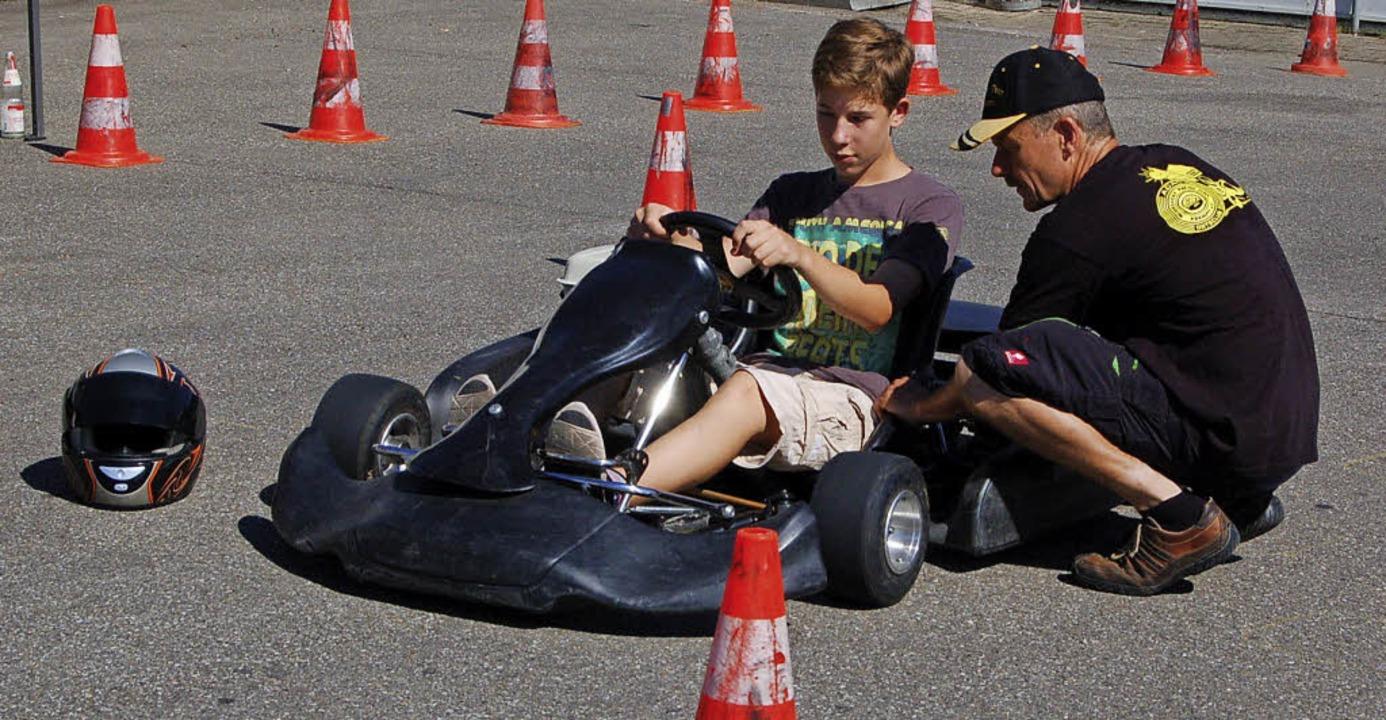 Kart-Schnupper-Training: Trainer Micha...dliche in die Bedienung des  Kart ein.  | Foto: Christian Ringwald
