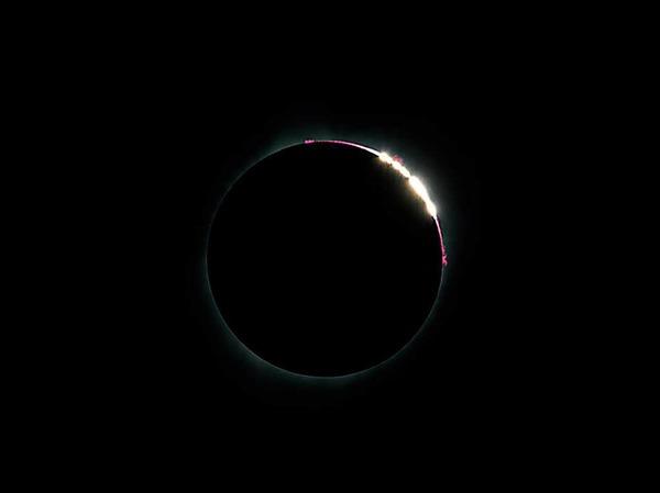 Bei einer totalen Sonnenfinsternis schiebt sich der Mond zwischen Erde und Sonne und verdeckt diese komplett.