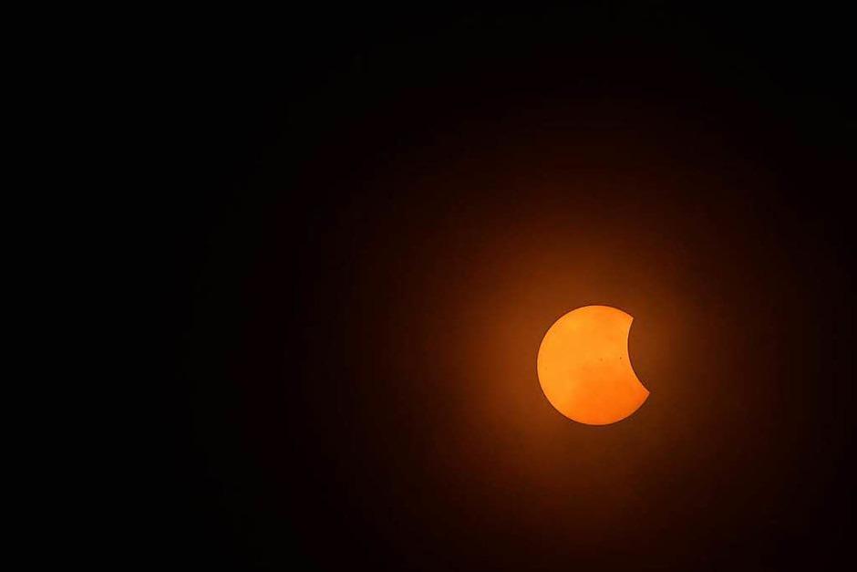Selbst im Mittleren Westen und an der Ostküste, wo die Wolken meist dichter waren, erhaschten viele einen Blick auf die verdeckte Sonne, weil die Wolkendecke im letzten Moment kurz aufriss. (Foto: AFP)