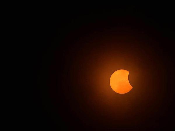 Selbst im Mittleren Westen und an der Ostküste, wo die Wolken meist dichter waren, erhaschten viele einen Blick auf die verdeckte Sonne, weil die Wolkendecke im letzten Moment kurz aufriss.