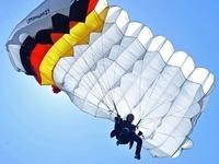 Fallschirmspringerin schlägt hart auf dem Boden auf