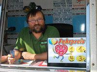 BZ-Mitarbeiter Herbert Frey darf ein Karusell steuern