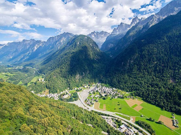 Im Schweizer Kanton Graubünden ist eine gewaltige Gerölllawine vom Piz Cengalo abgegangen.