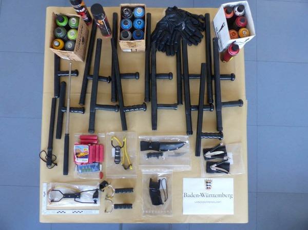 Bei den Durchsuchungen der Räumlichkeiten der Internetplattform «linksunten.indymedia.org» sichergestellt: Schlagstöcke, Messer, Zwillen, Handschuhe, Böller, Farbdosen und einTaser.