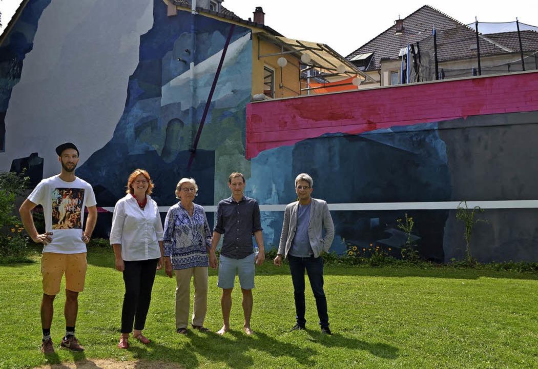 Wandkünstler Elias Errerd (v.l.), Carm... bei der Präsentation der Wandmalerei   | Foto: Karin Reimold