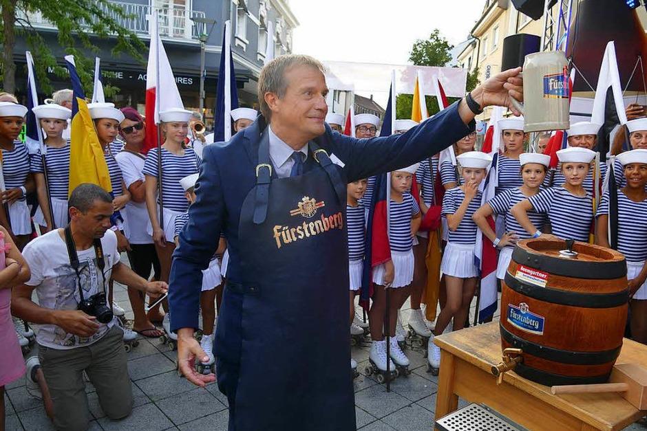 In bester Stimmung hat OB Klaus Eberhardt den ersten Fassanstich auf dem Friedrichplatz vollzogen. Umrahmt von den Marinettes de Fécamp und einer großen Besucherschar. (Foto: Ingrid Böhm-Jacob)