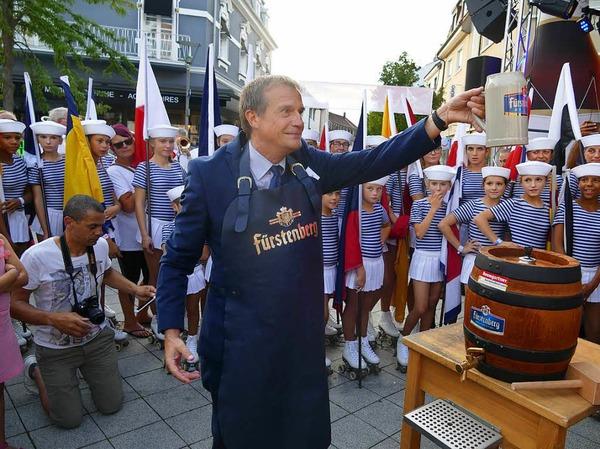 In bester Stimmung hat OB Klaus Eberhardt den ersten Fassanstich auf dem Friedrichplatz vollzogen. Umrahmt von den Marinettes de Fécamp und einer großen Besucherschar.