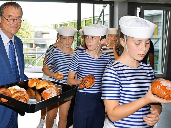 Oberbürgermeister Klaus Eberhardt verteilte süße Stückchen an die Marinettes de Fécamp.