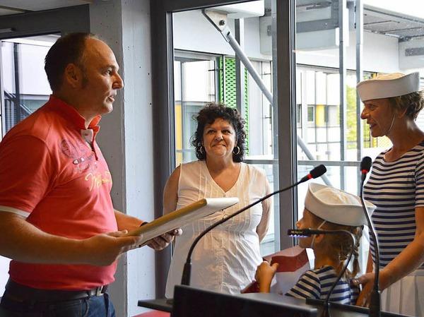 Stéphanie Niville (rechts) von den Marinettes hatte auch für Daniel Billiaux (Zweiter links), Vorsitzender des Comités Jumelage in Fécamp, ein Präsent dabei.