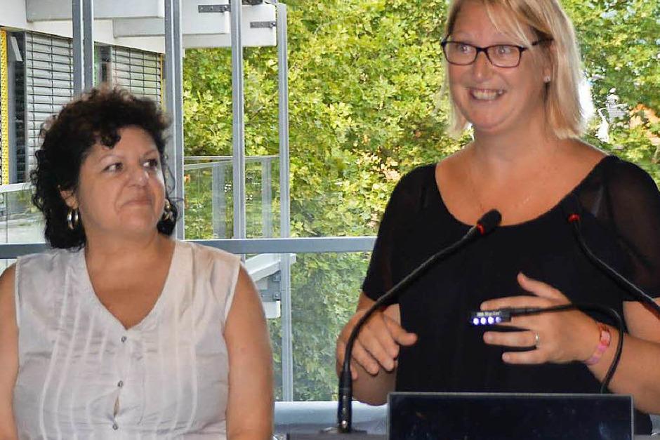 Stéphanie Niville (rechts) war mit den Majorettes vor 30 Jahren zum ersten Mal in Rheinfelden. Fabienne Blum übersetzt. (Foto: Horatio Gollin)