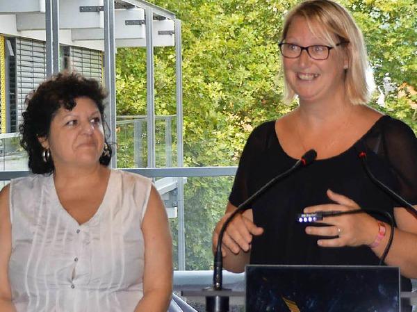 Stéphanie Niville (rechts) war mit den Majorettes vor 30 Jahren zum ersten Mal in Rheinfelden. Fabienne Blum übersetzt.