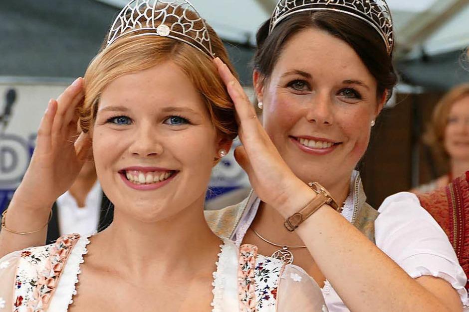 Die Badische Weinkönigin Franziska Aatz (rechts) setzte Sinja Hornecker,   neue Weinprinzessin für Kaiserstuhl und Tuniberg, das Krönchen auf. (Foto: Gerold Zink)