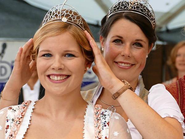 Die Badische Weinkönigin Franziska Aatz (rechts) setzte Sinja Hornecker,   neue Weinprinzessin für Kaiserstuhl und Tuniberg, das Krönchen auf.