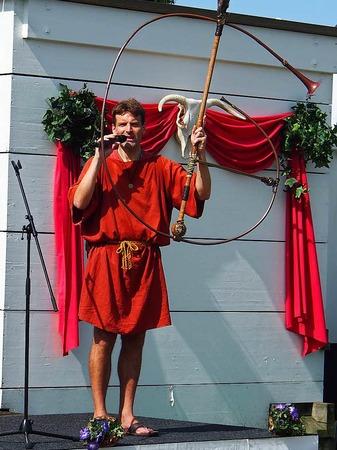 """Musikarchäologe Hagen Pätzold spielt seinen Nachbau des """"Horns von Pompeii""""."""