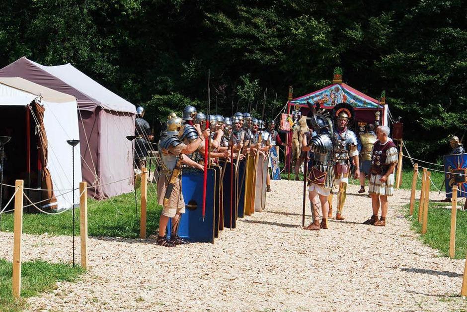 Die Legionäre ziehen aus dem Castrum aus. (Foto: Boris Burkhardt)