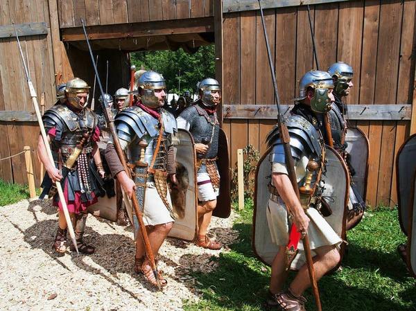Die Legionäre ziehen aus dem Castrum aus.