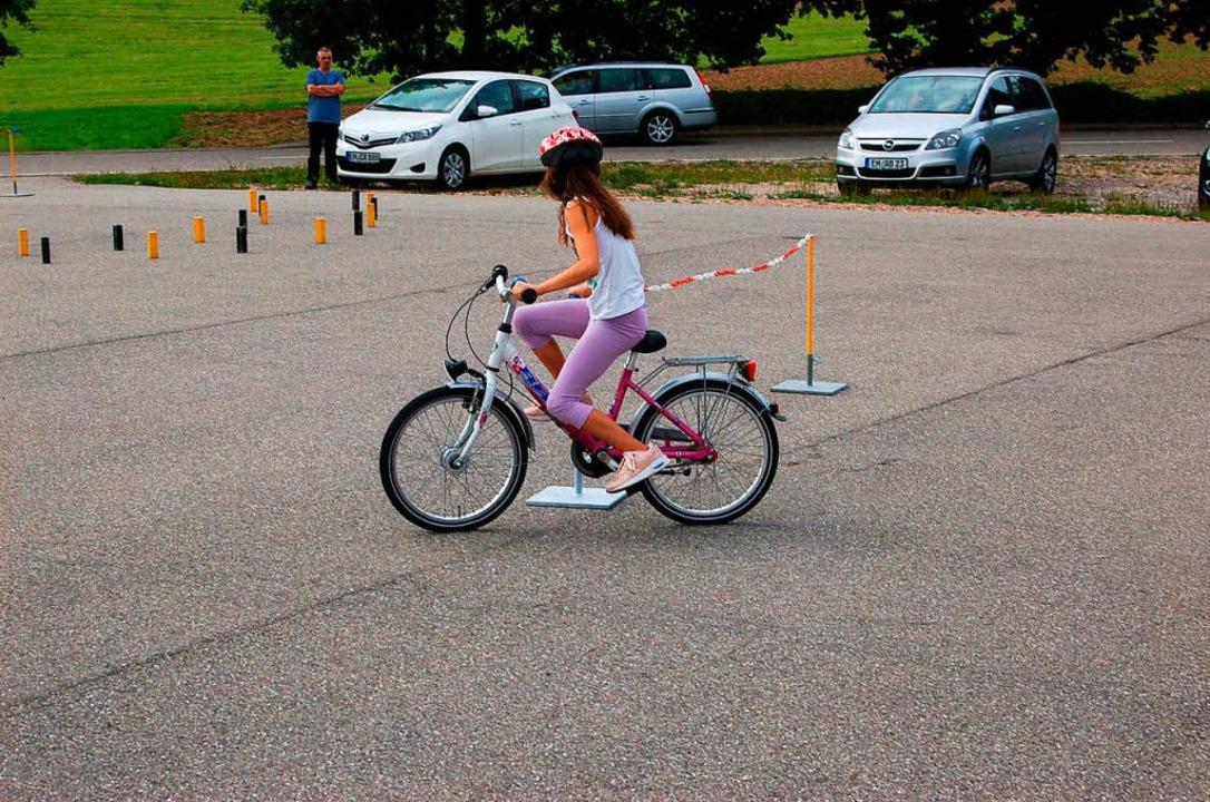 Auch beim Radfahren ist Geschicklichke...1; Ilaria Wocher hat's im Griff.  | Foto: Christian Ringwald