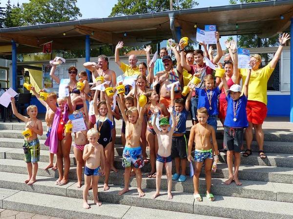 Spannende Wettkämpfe, interessante Rettungsübungen, Musik und gute Verpflegung: Die DLRG hatte zum Jubiläum im Schwimmbad für ein tolles Programm gesorgt.