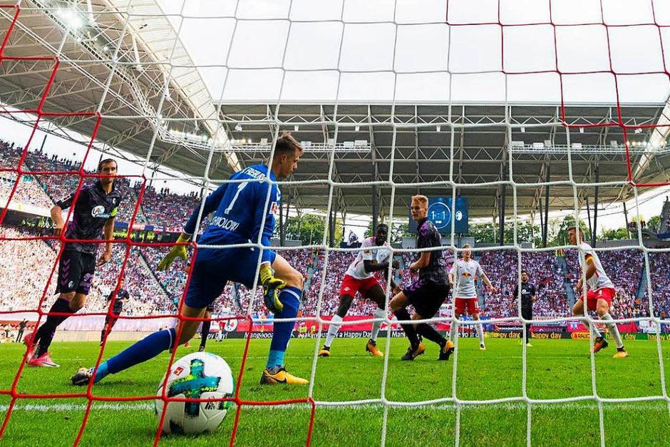 Freiburg zeigte lange Zeit eine kämpferisch gute Leistung, musste sich dem starken Druck der Hausherren jedoch am Ende deutlich beugen. (Foto: AFP)