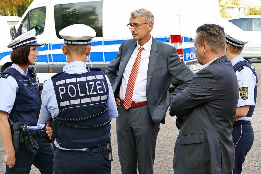 Vor dem Besuch: ein hohes Polizeiaufgebot sicherte den Minister.  | Foto: Kathrin Ganter