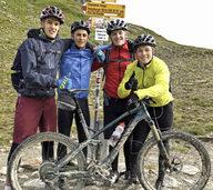 Vier alpine Jugendrennläufer überqueren mit Mountainbikes die Alpen