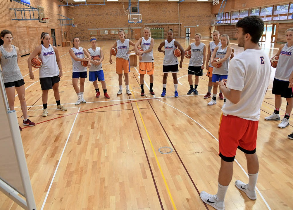 Standhaft  vor der Taktiktafel: das Ei...l-Team der  Saison 2017/18 samt Coach   | Foto: Achim Keller