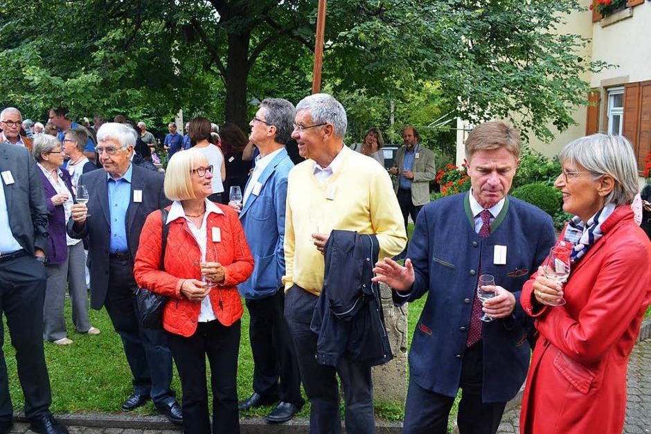 Vor der Eröffnung der Sonderausstellung im Dorfmuseum am Freitag: Auch Landrätin Dorothea Störr-Ritter und CDU-Bundestagsmitglied und -kandidat Matern von Marschall (von rechts) waren gekommen. (Foto: Nikola Vogt)