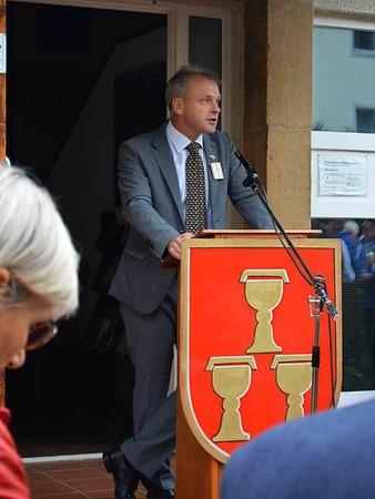 Die Landrätin lauscht den Begrüßungsworten von Bürgermeister Dieter Hahn.