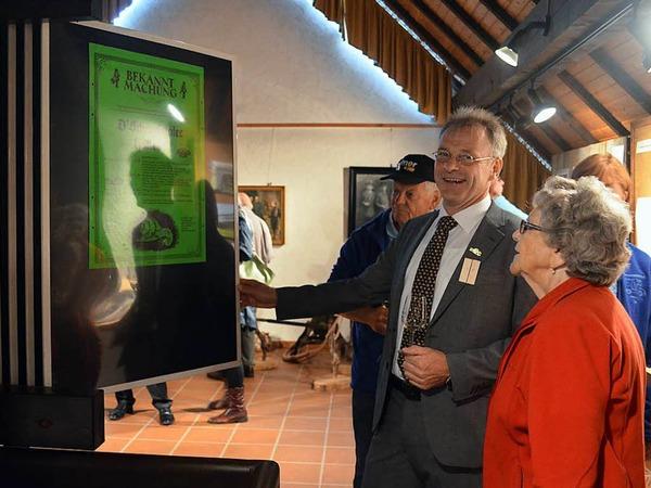 Bürgermeister Dieter Hahn präsentiert die Sonderausstellung zu 40 Jahre Schneckenfest