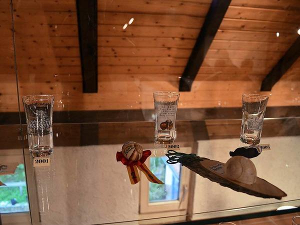 In den Vitrinen werden Ausstellungsstücke aus 40 Jahren Schneckenfest gezeigt.