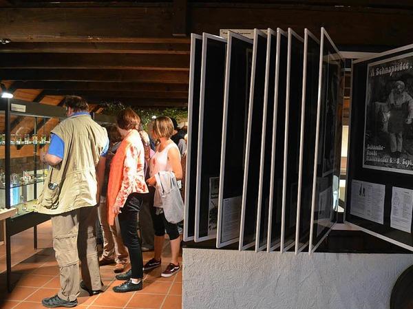 Die ersten Besucher stöbern in der Ausstellung.