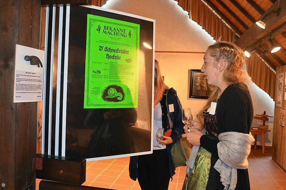 Auch die Markgräfler Weinprinzessin Hannah Herrmann schaut sich die Plakate aus 40 Jahren Schneckenfest an. (Foto: Nikola Vogt)
