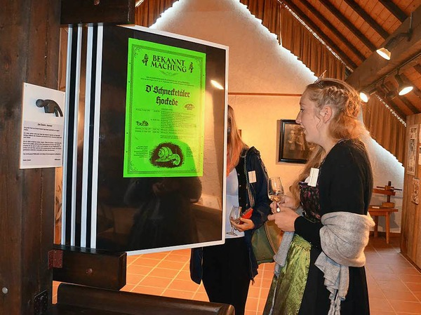 Auch die Markgräfler Weinprinzessin Hannah Herrmann schaut sich die Plakate aus 40 Jahren Schneckenfest an.