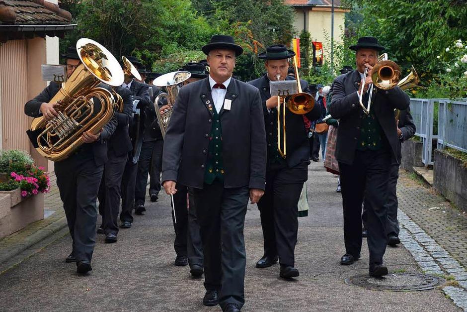 Alexander Horst führt die Batzenberger Winzerkapelle vom Rathaus- auf den Stubenplatz. (Foto: Nikola Vogt)