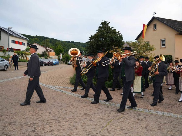 Alexander Horst führt die Batzenberger Winzerkapelle vom Rathaus- auf den Stubenplatz.