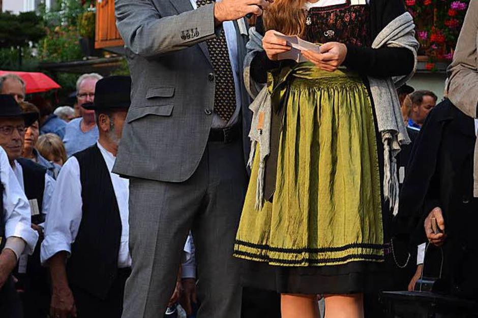 Bürgermeister Dieter Hahn und die Markgräfler Weinprinzessin Hannah Herrmann eröffnen das Fest. (Foto: Nikola Vogt)