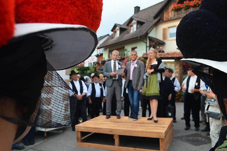 Trachtenträgerinnen begleiten die Eröffnung des Schneckenfests. (Foto: Nikola Vogt)
