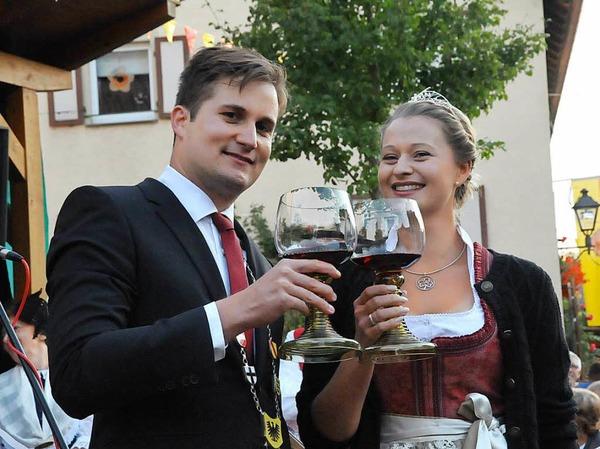 Die Badische Weinprinzessin Kim-Lucy Rutz eröffnet das 18. Gassenweinfest zusammen mit Bürgermeister Martin Rupp.